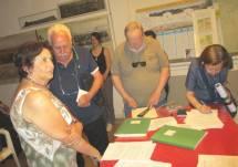Si firmano i documenti. Giovanna De Luca con Gianfranco Martini mentre firmano Cardellini Antonio e Ponti Elisabetta.