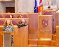 Noemi ricorda gli articoli della Costituzione romana, e legge solennemente il decreto fondamentale