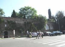 Si arriva a Villa Sciarra , sulla destra si scorgono le lapidi affiancate