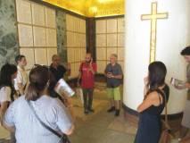 L'interno del Sacrario con i loculi e il sarcofago in porfido rosso per Goffredo Mameli