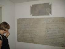 La prof. Laura Del Vecchio osserva vecchie lapidi collocate nel primo cimitero dei caduti