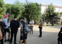 Daniela Donghia tra i ragazzi della 1ET, sulla destra le prof.sse Tiziana Di Rella e Isabella Cognatti