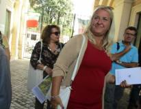 I proff. Alessandra Riso e Carlo Russo entrano al Museo e  Daniela Donghia attende la 1 ET per il giro
