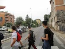 Si attraversa davanti al ristorante Scarpone che conserva in tutto il glorioso Casale Giacometti