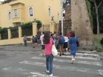 Massimo Capoccetti con la 1 BL inizia la visita esterna sui luoghi