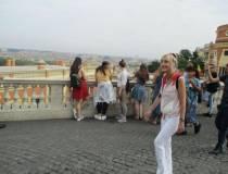 La prof.ssa Paola Cigni nel panorama di Roma, davanti al Fontanone (in restauro)