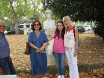 Da sinistra : le prof.sse Simonetta Ruggeri, Laura Matano, Paola Cigni, davanti al busto di Colomba Antonietti al termine della visita