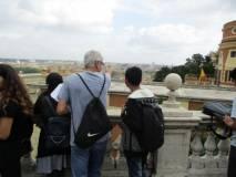 Il prof. Claudio Marchesano al panorama di Roma con un bravissimo studente assai capace di  riconoscere i  luoghi. E poi tutti al cannone…