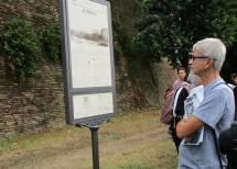 II prof. Marchesano legge il pannello delle brecce, realizzato 15 anni fa, e da poco restaurato