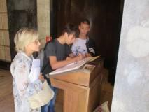 La prof.ssa Graziella Farenza e alcuni alunni lasciano una nota sul libro dei visitatori del Mausoleo