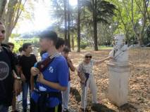 Un'anziana signora va a rendere omaggio al busto di Giacomo Medici. Incredibile!