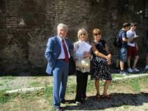 Al cannone Enrico Luciani, vecchio artigliere, tranquillizza le proff. Graziella Farenza e Sabina Pistone