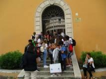 La prof.ssa Anna Paola De Paoli spiega il tempietto del Bramante ai ragazzi della III O