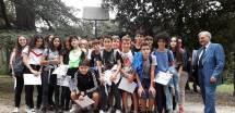 Foto di gruppo insieme ad Enrico Luciani inviata dalla classe III O, grazie