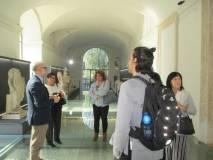Claudio Noviello, bravo, spiega il Museo archeologico di Villa Altieri