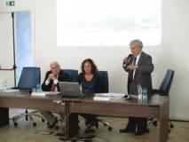 Enrico Luciani durante la sua relazione: lo assiste l'àlacre Natascia Simonetti, Emiliani osserva