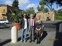Enrico Luciani tra i giovani volontari Alessio Cutrona e Chiara Di Cataldo