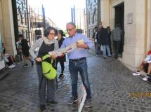 Massimo Capoccetti consegna alla prof.ssa Giovanna Odorisio il nostro dépliant omaggio per tutti gli alunni