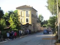 E' in arrivo la classe III P : è davanti al ristorante Scarpone, già Casale Giacometti,