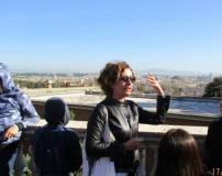 La prof. Luciana Palomba spiega il panorama di Roma dal Fontanone