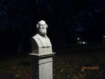 Nel buio pesto del Gianicolo domina il busto di Ugo Bassi