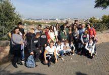 La III A in foto davanti al panorama di Roma di San Pietro in Montorio