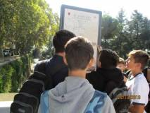 I ragazzi leggono il nostro primo cartello sulla Repubblica romana da noi collocato il 21 gennaio 2004