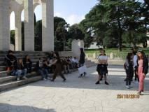Il gruppo arriva al Mausoleo: notare al centro Gianluca Ferretti sempre pronto con le immagini in borsa