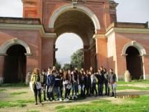 La classe III E davanti all'Arco dei Quattro Venti ricostruito sui ruderi di Villa Corsini