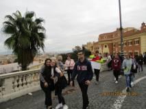 Baci e abbracci al panorama di Roma davanti al Fontanone