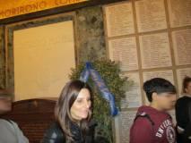 L'insegnante Rosaria Aversa davanti al sarcofago in porfido con le spoglie di Mameli