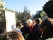 Il gruppo segue la spiegazione dei luoghi, in lontananza Porta San Pancrazio