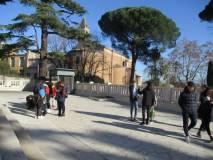 Si entra al Mausoleo e ci si dirige al Sacrario; sullo sfondo la Chiesa di San Pietro in Montorio
