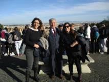 Foto ricordo al Fontanone per Enrico Luciani con le proff. Francesca Ciafardoni e Savina Morrone