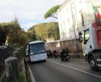 Il pullman arriva all'appuntamento facendosi largo sulla Via Aurelia, ancora a senso alternato per lavori