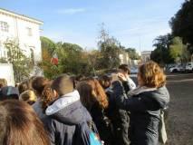 La prof.ssa Francesca Ciafardoni scatta una foto ricordo