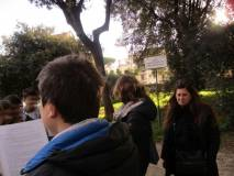 Un attivissimo giovane legge il Battaglione della Speranza: sulla destra la prof. Savina Morrone