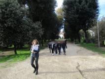 La prof.ssa Francesca Ciafardoni guida il gruppo sul viale dei combattimenti del 3 giugno 1849