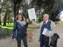 Foto ricordo con l'immagine di Goffredo Mameli per Enrico Luciani e la prof.ssa Francesca Ciafardoni