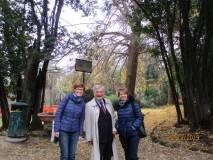 Enrico Luciani e le prof.sse Cristina Ganassi e Imma Germinario; alle spalle il Ginkgo biloba