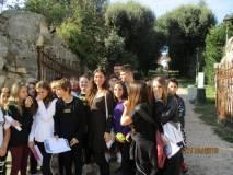 La prof. Loredana Rubeis con la classe III F sullo sfondo l'Arco dei quattro Venti