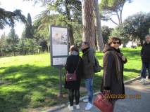 Anche Giovanna De Luca, davanti al pannello, sulla strada del ritorno