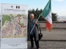 Enrico Luciani con il pannello L'ASSEDIO DI ROMA