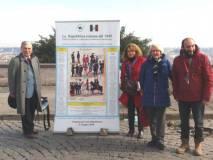 Enrico con Daniela Donghia, Ines Pietracci e Roberto Calabria mostrano il pannello L'ESERCITO della Repubblica romana