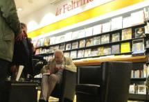 Al termine Claudio Fracassi si concede al pubblico firmando dediche e autografi