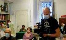 Fabrizio Ambrogi pronto al filmato: accanto a lui Siro, le insegnanti Elisabetta Ponti e Iva Marchioni e in fondo Mariapaola che pure fotografa