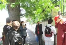 Massimo Capoccetti e Chiara Gili ascoltano il racconto della difesa di Villa Spada letta da un alunno