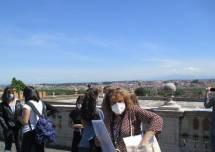 Daniela Donghia, che è anche guida turistica, spiega il Fontanone e mostra il panorama di Roma