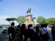 Sosta e spiegazioni a Piazzale Garibaldi: alcuni genitori passano a riprendere i figlioli
