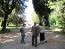 Il nostro accompagnatore Giacomo Bucolo spiega i luoghi alle signore Stefania Aldini e Manrica Savelli
